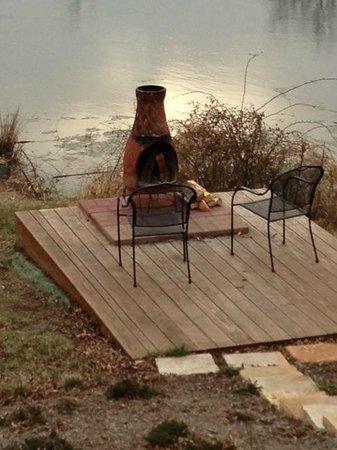 Woodland Cabins: Firepit/deck