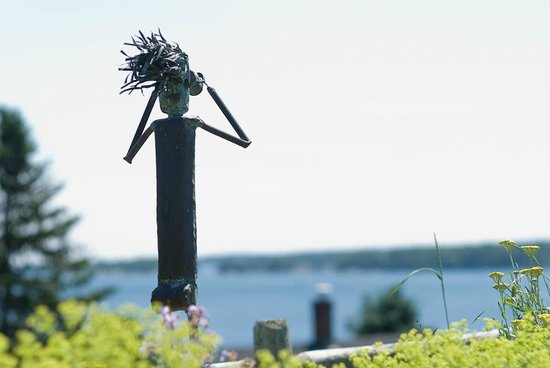 Topside Inn: Lennie enjoys the harbor view from our front yard garden