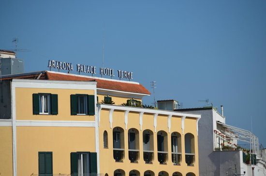 Aragona Palace Hotel: Vue de l'hotel en arrivant sur le bateau (300 m à gauche)