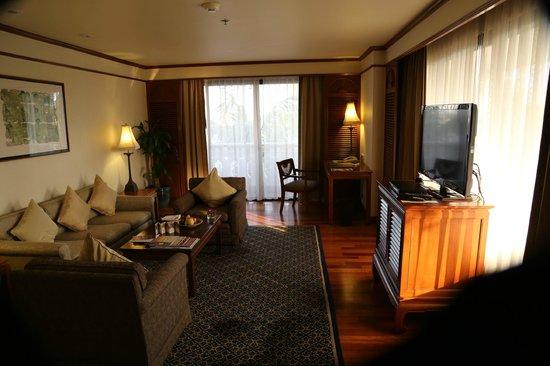 Anantara Riverside Bangkok Resort : Aufenthaltsraum Suite
