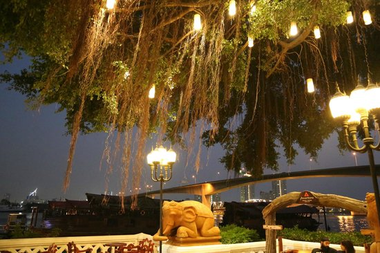 Anantara Riverside Bangkok Resort : Bar am River