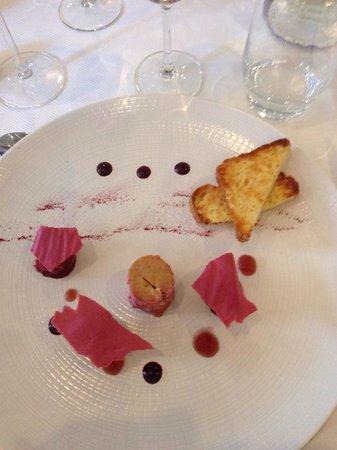 Restaurant Les Tuileries : Foie gras/framboises et porto vintage, poudre de betteraves rouges et pétales de roses