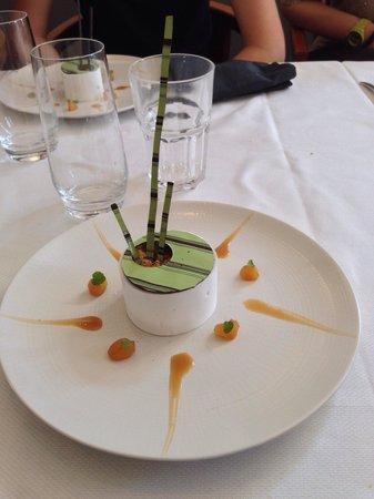 Restaurant Les Tuileries : Meringue croquante/poires confites, crème légère a la vanille de Tahiti, pralin de noisette et c