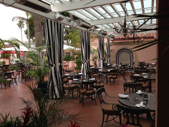 La Valencia Hotel: Outdoor seating for restaurant