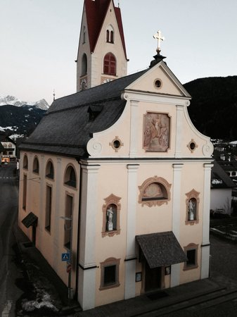 Goldene Rose Hotel: Chiesa fronte albergo
