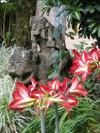 The Inn at Palo Alto: Palo Alto Hotel gardens and statuary