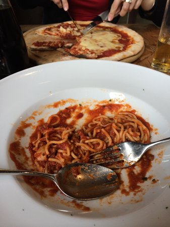 Restaurant Brown33 : Cheesy-greasy pizza bolognese wo spoon, made from tin?