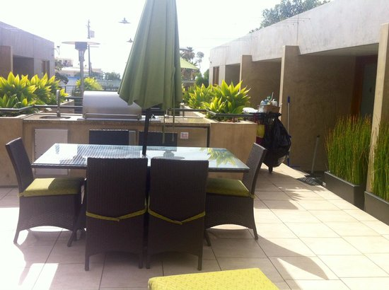 14 West Boutique Hotel: Outdoor patio & grill