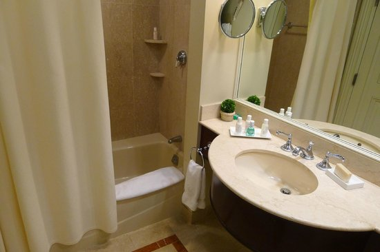 Lenox Hotel: The bathroom
