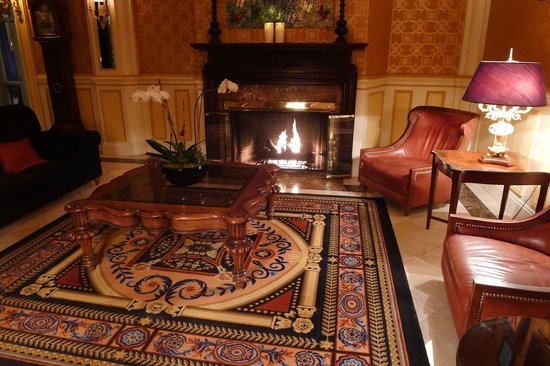 Lenox Hotel: The fireplace in the lobby