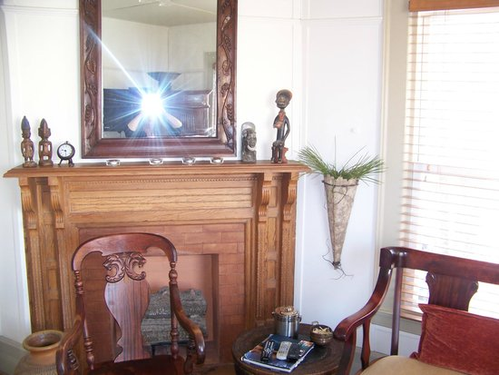 Elmwood Village Inn: Honu House: Lovely Antique mantel in sitting room