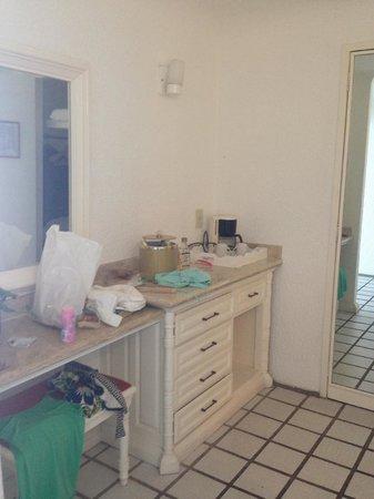 BEST WESTERN PLUS Suites Puerto Vallarta: Dressing area of suite