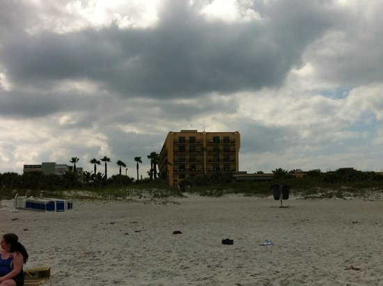 DoubleTree by Hilton Hotel Cocoa Beach Oceanfront : Hotel from beach