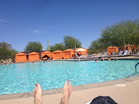 Talking Stick Resort: Relaxing by the pool