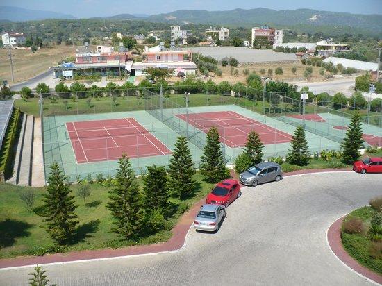 Laphetos Beach Resort & Spa: территория отеля,тенис
