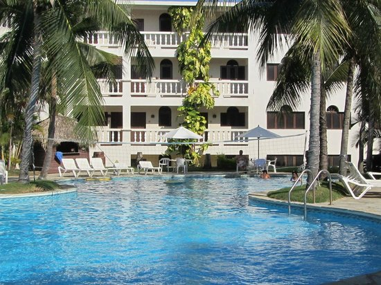 Coconut Palms Resort : View from one end of the pool