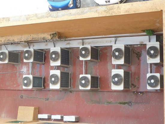 Hotel Alhambra Palace: view from our back room on the 11 fans of the air conditioning system