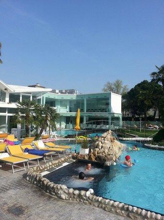 Panoramic Hotel Plaza : Vista della piscina dal giardino interno.