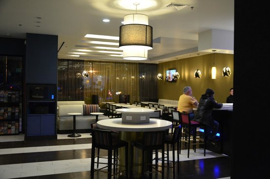 Fairfield Inn & Suites New York Queens/Queensboro Bridge : Local do cafe da manha e bar