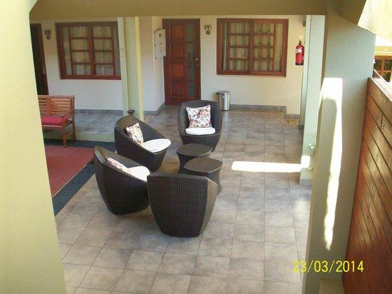 Hotel Jardín de Iguazú: Sillones en el patio