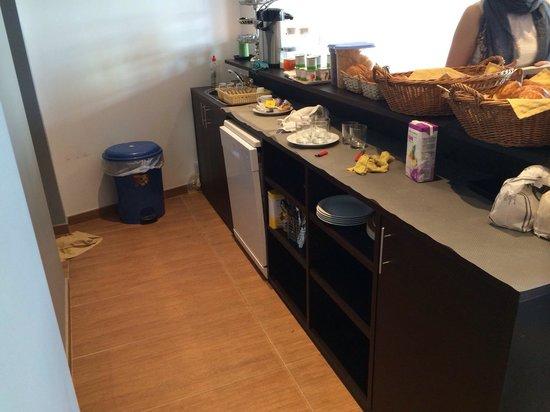 Hotel Mirabeau : La salle du petit dej assez sale