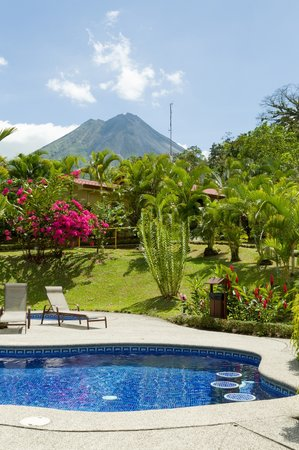 Arenal Volcano Inn: swimming pool with volcano view