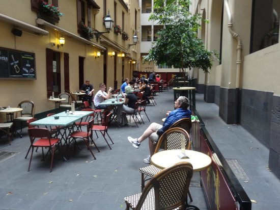 Metro Apartments on Bank Place: Enjoying a drink at the Mitre Tavern nearby