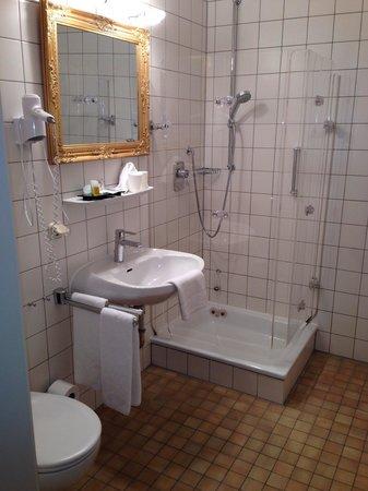 Villa Toscana: Box de banho muito apertado.