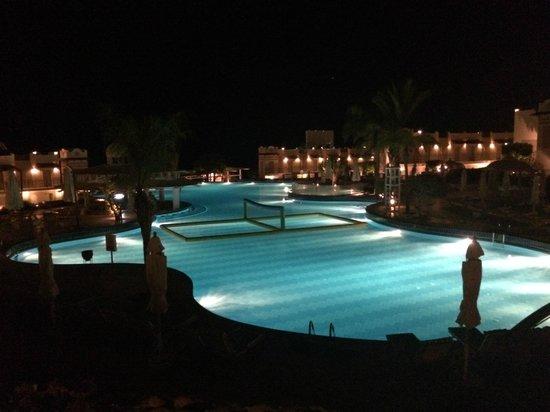 Concorde El Salam Hotel: pool at night