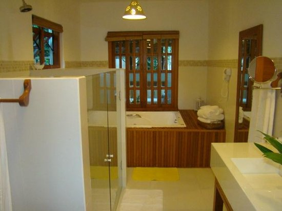Pousada Quarto Crescente: cuarto de baño con doble ducha,doble vacha y yacusi