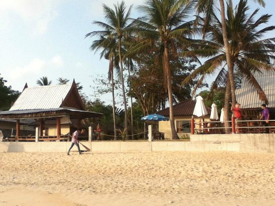 Silver Beach Resort: staff cleanking beach every morning