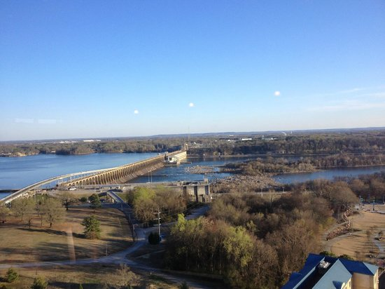 Marriott Shoals Hotel & Spa: View of the dam and river from our room