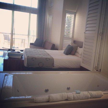Mantarays Ningaloo Beach Resort: Bath with a view!