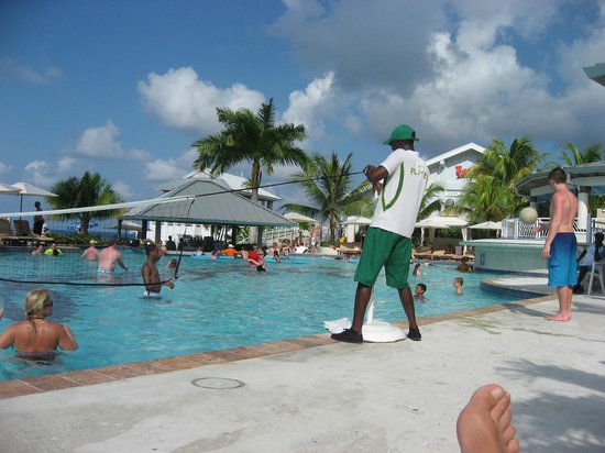 Beaches Ocho Rios Resort & Golf Club : pool volleyball every afternoon