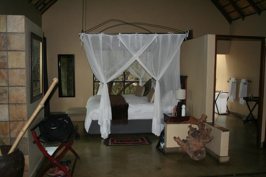 Elephant Plains Game Lodge : Bedroom in luxury suite