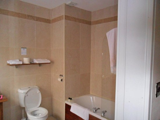 The Central Hotel: Large bathroom with Tub