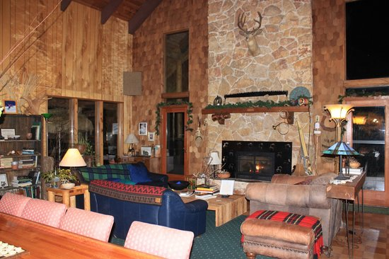 Manitou Lodge Bed and Breakfast : The great room
