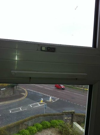 Dundee Carlton Hotel: no handle to open window