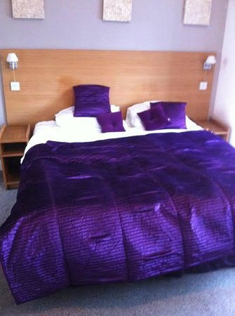 Dundee Carlton Hotel: 2 single beds not super king size
