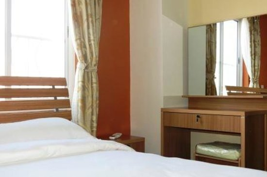 Retreat Serviced Apartments: Bright Bedrooms with dressing table