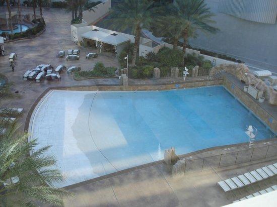 Park MGM Las Vegas: Vista da piscina de ondas