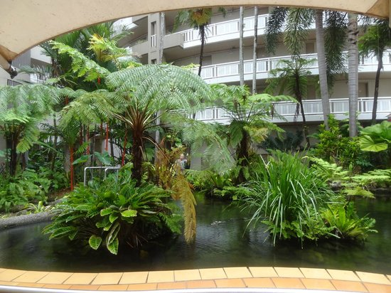 DoubleTree by Hilton Hotel Cairns : The ambience of the central tropical garden atrium