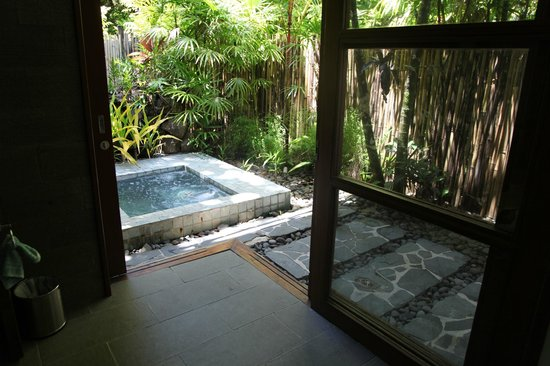 Qamea Resort And Spa Fiji: spa/jacuzzi just outside bathroom