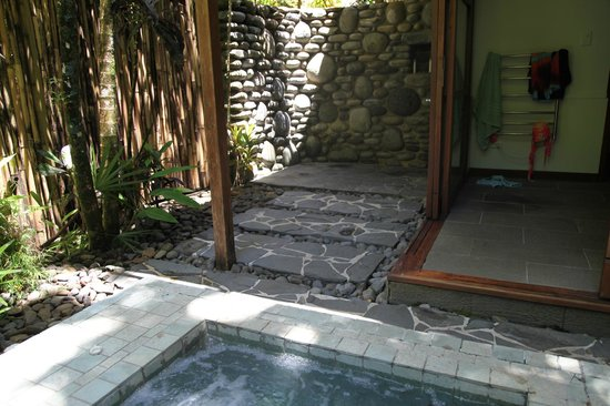Qamea Resort And Spa Fiji: outdoor shower in back of Bure