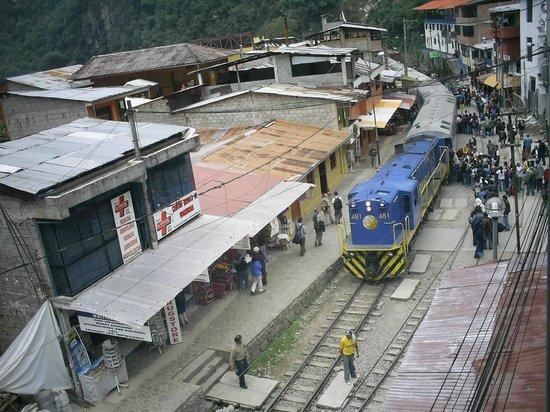 Hostal Varayoc: Estação de trem em frente ao hostal