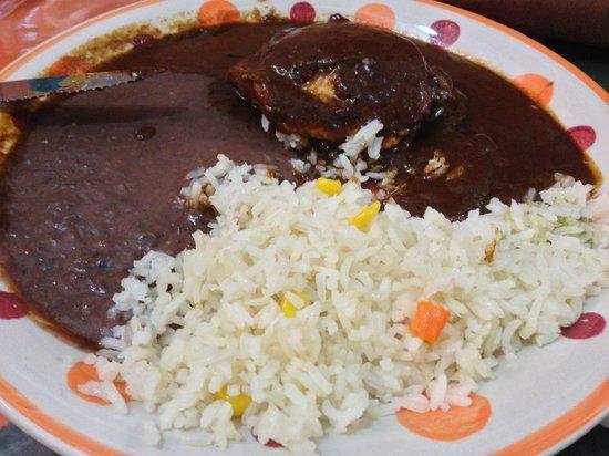 tlayudas arely huatulco: Mole negro con arroz y pollo.