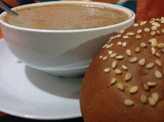 tlayudas arely huatulco: Chocolate de agua con pan de yema.