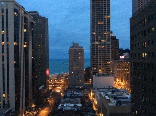 Thompson Chicago, a Thompson Hotel: view of Lake Shore at dusk