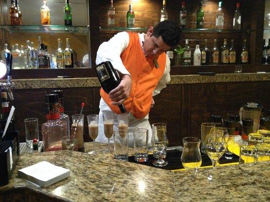 Sunscape Dorado Pacifico Ixtapa: Happy to serve!