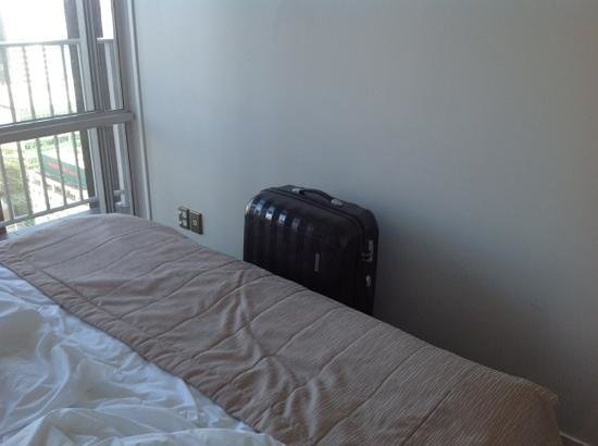 Auckland Harbour Oaks: Add a captionspace between bed and wall ..